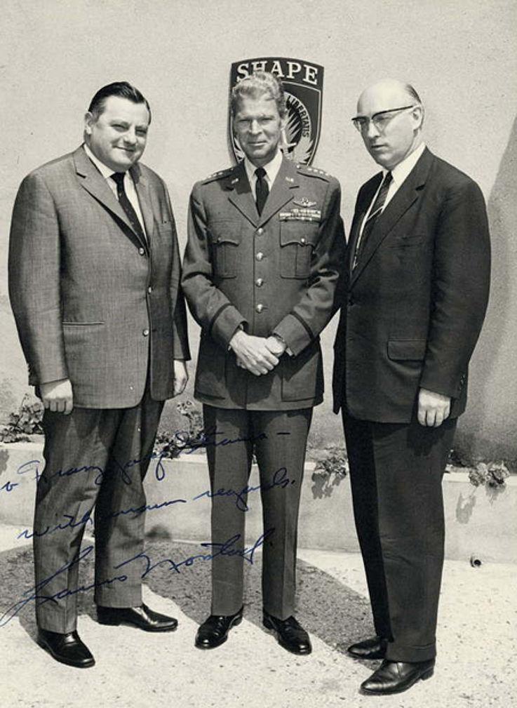 Mit dem Vorsitzenden des Verteidigungsausschusses des Deutschen Bundestages Fritz Erler, SPD, 1961 bei General Lauris Norstad im Hauptquartier der Alliierten Streitkräfte Europa