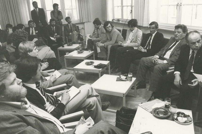 Im Kreis von Journalisten