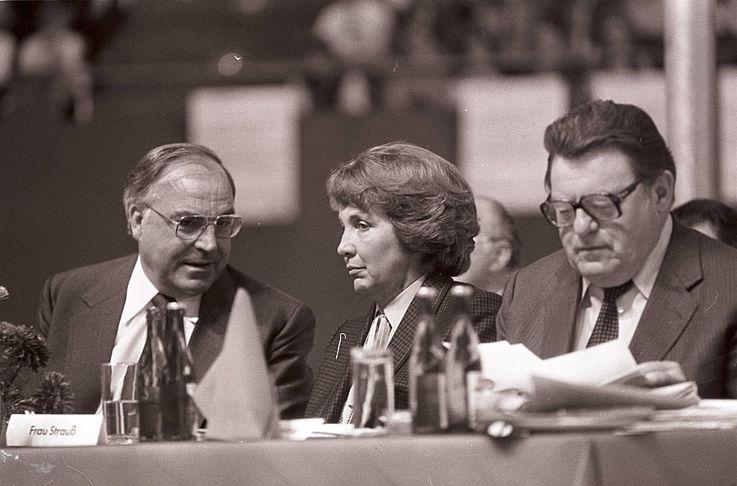 Marianne Strauß mit Helmut Kohl und FJS auf einer Wahlveranstaltung der CSU 1980