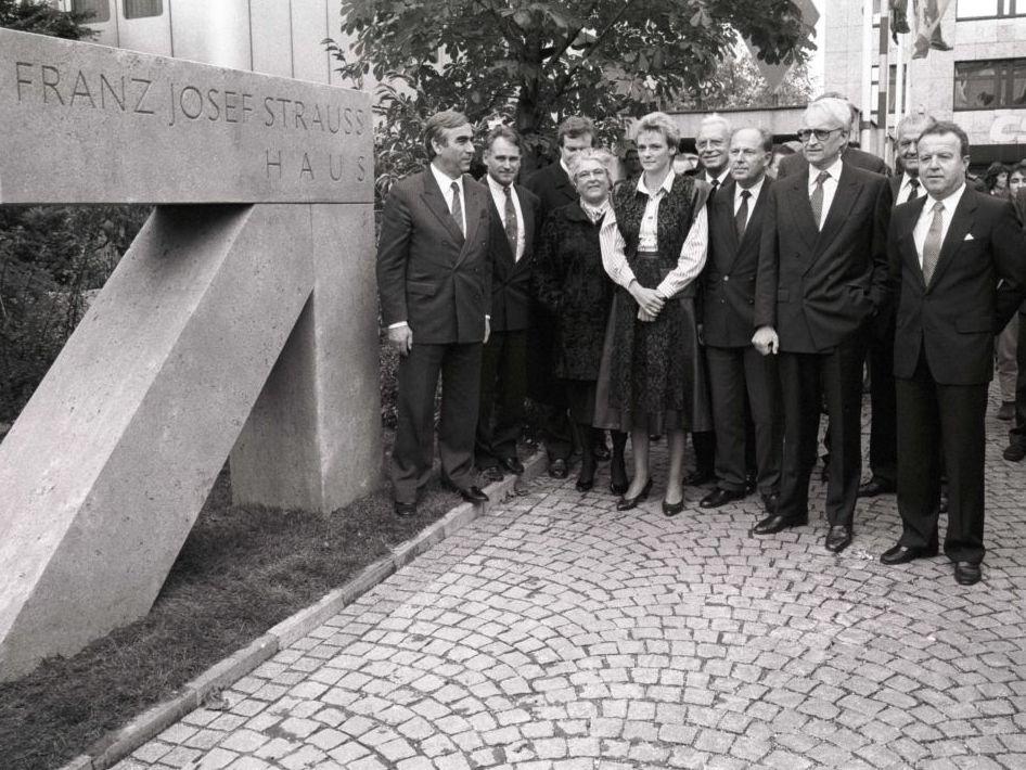 Benennung der Parteizentrale der CSU in der Nymphenburger Straße nach Franz Josef Strauß 1989