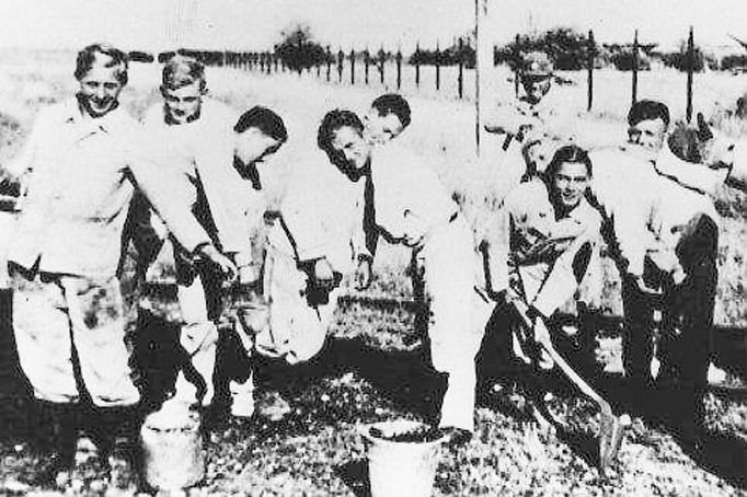Während des Arbeitsdienstes (zweiter von links) 1935