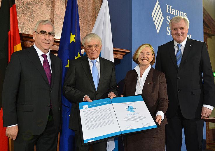 Rainer Kunze, FJS-Preisträger 2015, mit der HSS-Vorsitzenden Prof. Ursula Männle, Staatsministerin a.D. und den Vorstandsmitgliedern der HSS, Horst Seehofer, CSU-Vorsitzender und Bayerischer Ministerpräsident, und Dr. Theo Waigel, Bundesminister a.D. und Ehrenvorsitzender der CSU