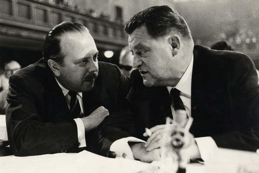 Franz Josef Strauß im Gespräch mit Karl-Theodor Freiherr von und zu Guttenberg