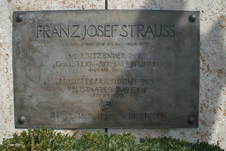 """Widmungstafel """"Franz Josef Strauß-Haus"""" an der CSU-Landesleitung in der Nymphenburger Straße 64"""