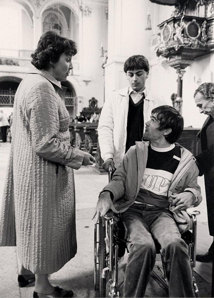 """Marianne Strauß als Begleitung von Behinderten im """"Sonnenzug"""" des Caritas-Verbandes München-Freising 1982"""