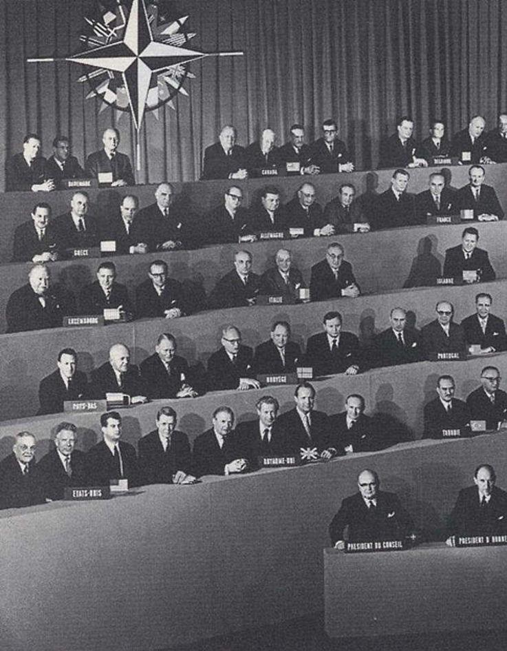Teilnahme an einer Konferenz des Nordatlantischen Verteidigungsbündnisses (NATO) 1958 in Paris