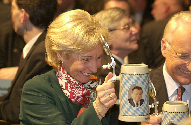 Karin Stoiber auf dem Politischer Aschermittwoch der CSU 2002 mit einem FJS-Bierkrug