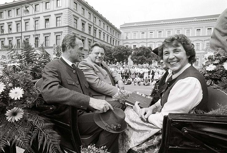 Ehepaar Strauß mit Franz von Bayern auf dem Trachtenumzug 1983