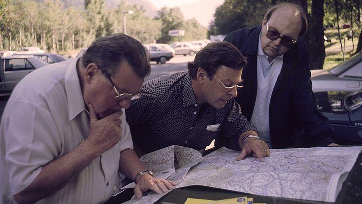 Franz Josef Strauß, Karl Dersch und Wilfried Scharnagl studieren die Karte, August 1986