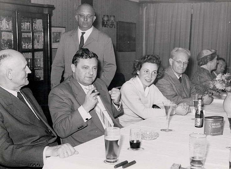 Mit seiner Frau Marianne bei einer Wahlversammlung anlässlich der Bundestagswahl 1957