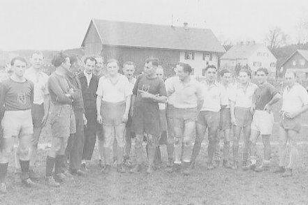 Landrat Franz Josef Strauß als Torhüter beim Fußballspiel Landratsamt gegen Stadtverwaltung in Schongau 1948