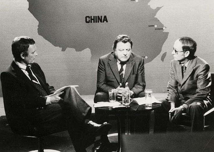 Im Gespräch mit den ZDF-Journalisten Gerhard Dampmann (rechts) und Rudolf Radke (links) 1975 nach der Rückkehr aus China