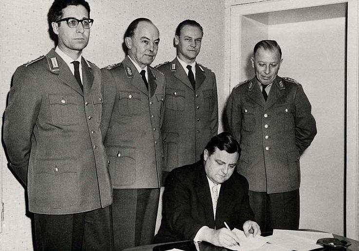 Unterzeichnung der Gründungsakte des Soldatenhilfswerks der Bundeswehr 1957