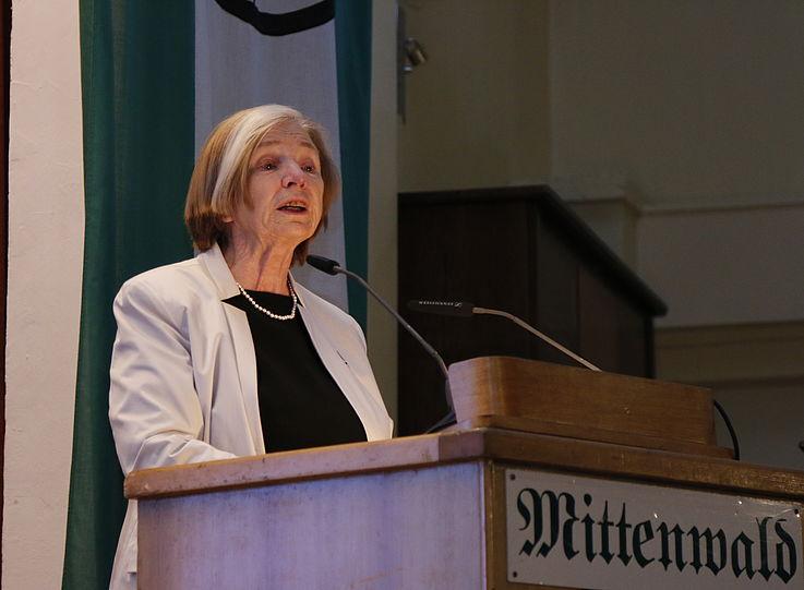 Die Vorsitzender der HSS steht am Rednerpult und hält ihre Rede
