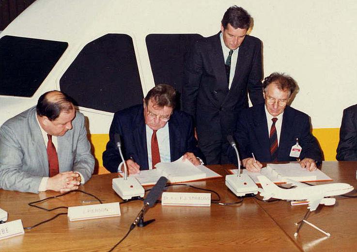 Unterzeichnung eines Kaufvertrages 1988 zwischen Airbus Industrie und der DDR-Fluggesellschaft Interflug in Toulouse