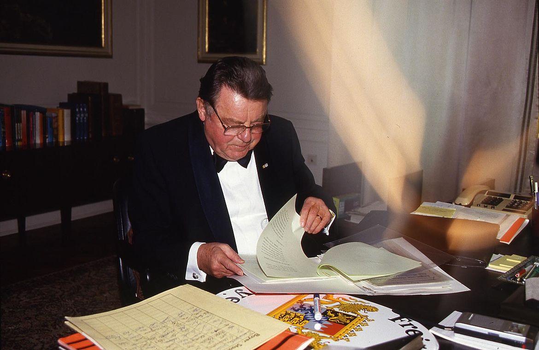 Franz Josef Strauß am Schreibtisch in der Staatskanzlei