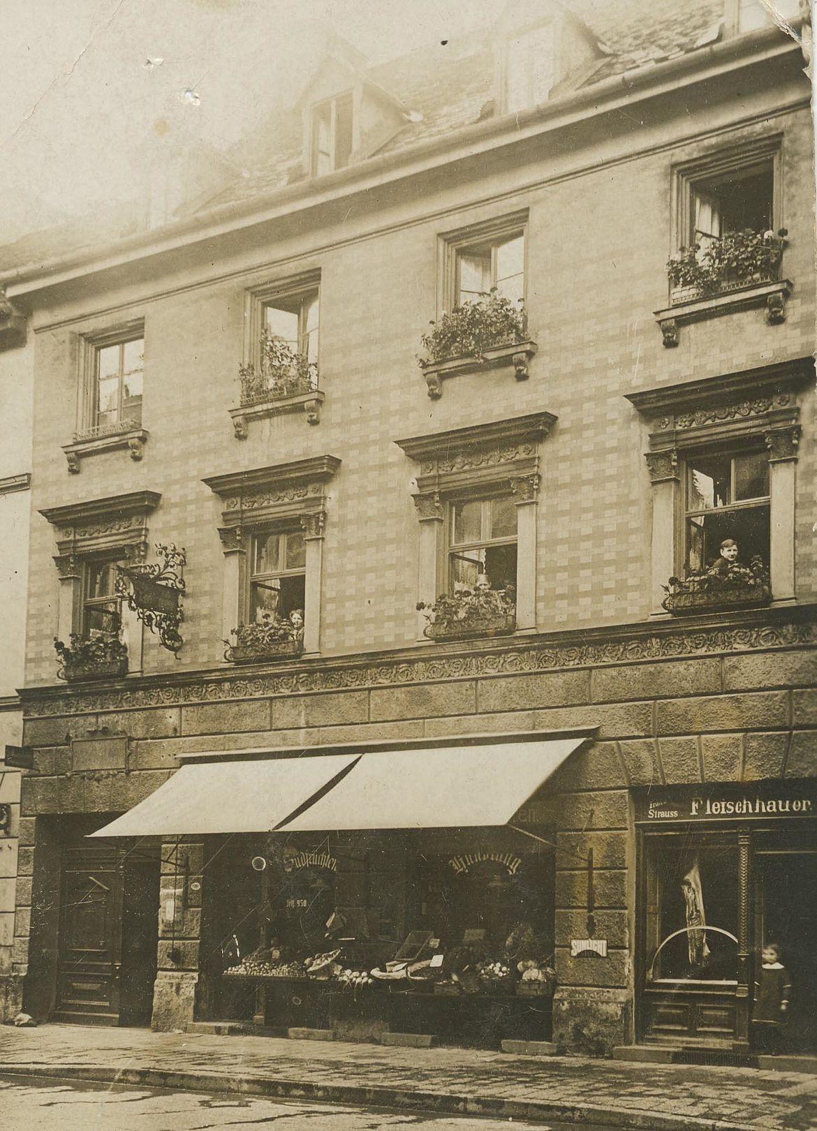 Elternhaus in der Schellingstraße 49, etwa 1912, die Metzgerei der Eltern befindet sich auf der rechten Seite