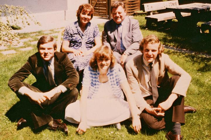 Familie Strauß im Garten der Wohnung in München-Sendling ca. 1980
