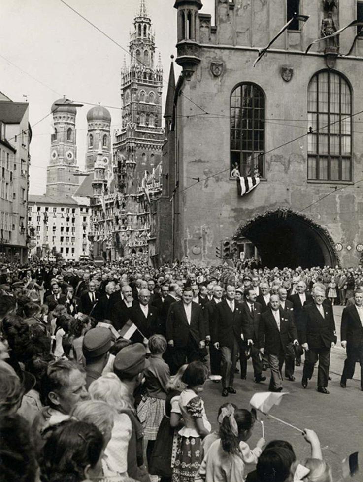 Gang von Vertretern der Bundes- und Landespolitik durch die Münchner Innenstadt anlässlich der 800-Jahr-Feier 1958