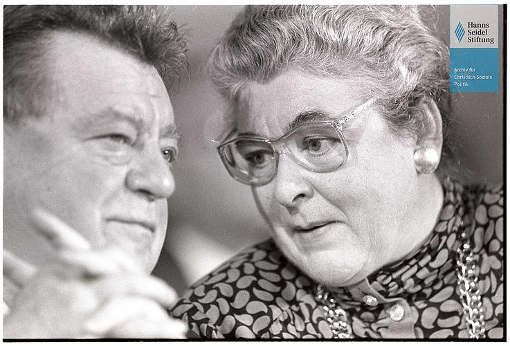 """Franz Josef Strauß und Mathilde Berghofer-Weichner auf dem CSU-Parteitag """"Mit Mut und Profil Politik für Deutschland"""" im November 1987 in der Münchener Bayernhalle"""