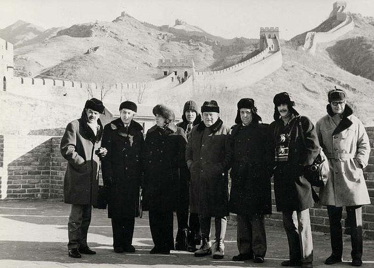 Franz Josef und Marianne Strauß mit Begleitung an der Chinesischen Mauer 1975