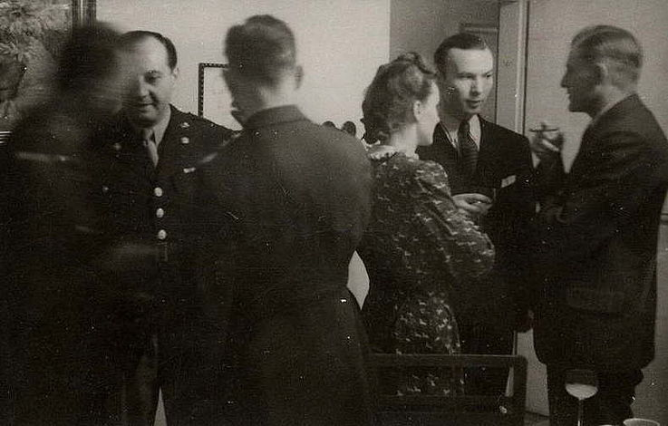 Franz Josef Strauß mit Vertretern der amerikanischen Militärregierung, Major Carlsen und Leutnant Trott, in Schongau 1945