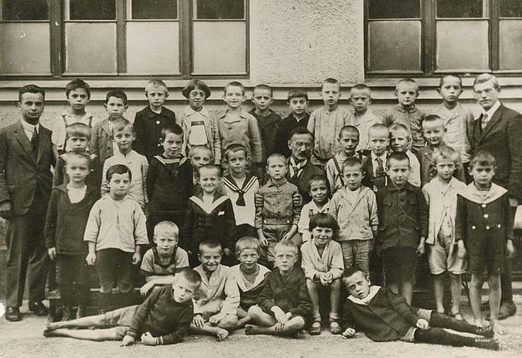 Franz Josef Strauß (Dritter von rechts in der oberen Reihe) im Kreise seiner Schulkameraden ca. 1922/26