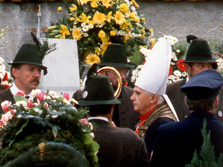 Kardinal Joseph Ratzinger führt den Trauerzug auf dem Friedhof in Rott am Inn an, 08.10.1988