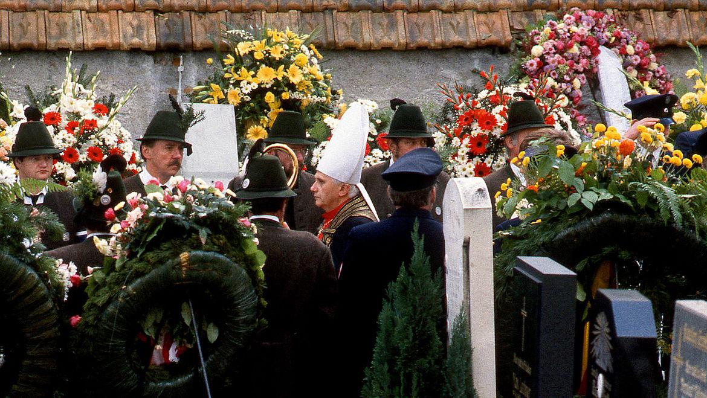 Kardinal Joseph Ratzinger führt den Trauerzug auf dem Friedhof in Rott am Inn an 08.10.1988