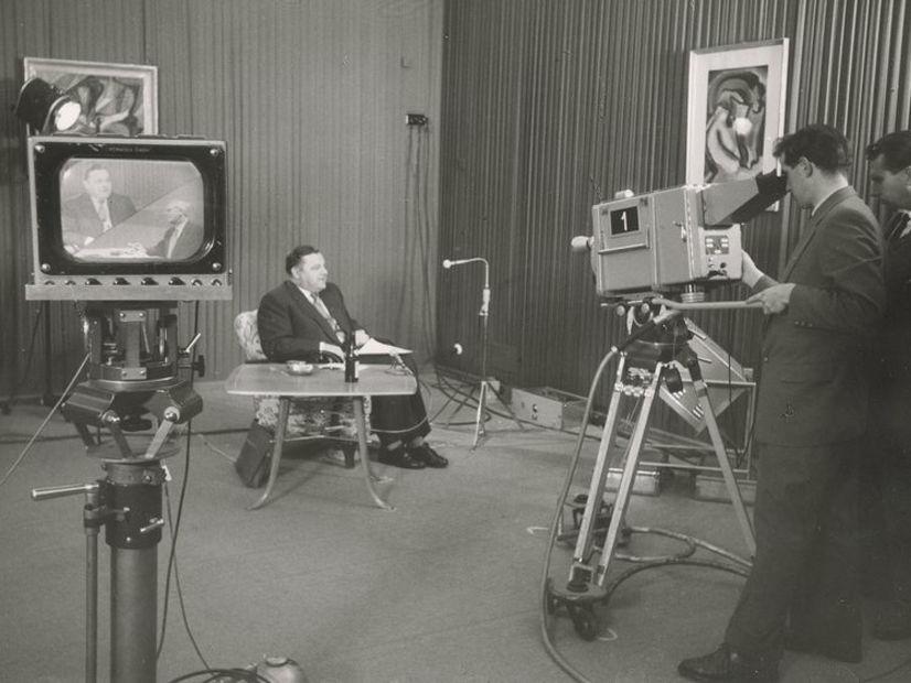 Während eines Fernsehinterviews in Bonn 1957