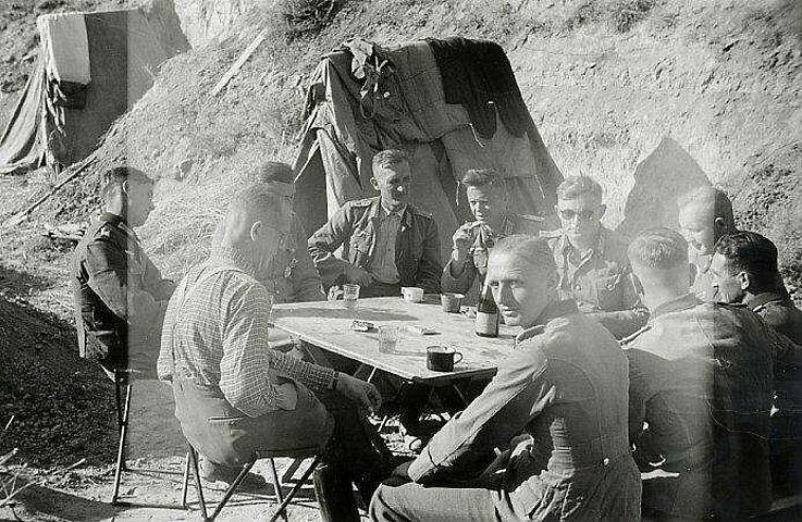 Ordonanzoffizier Franz Josef Strauß (mit Sonnenbrille) im Abteilungsgefechtstand bei Orechowski am Donez 1942