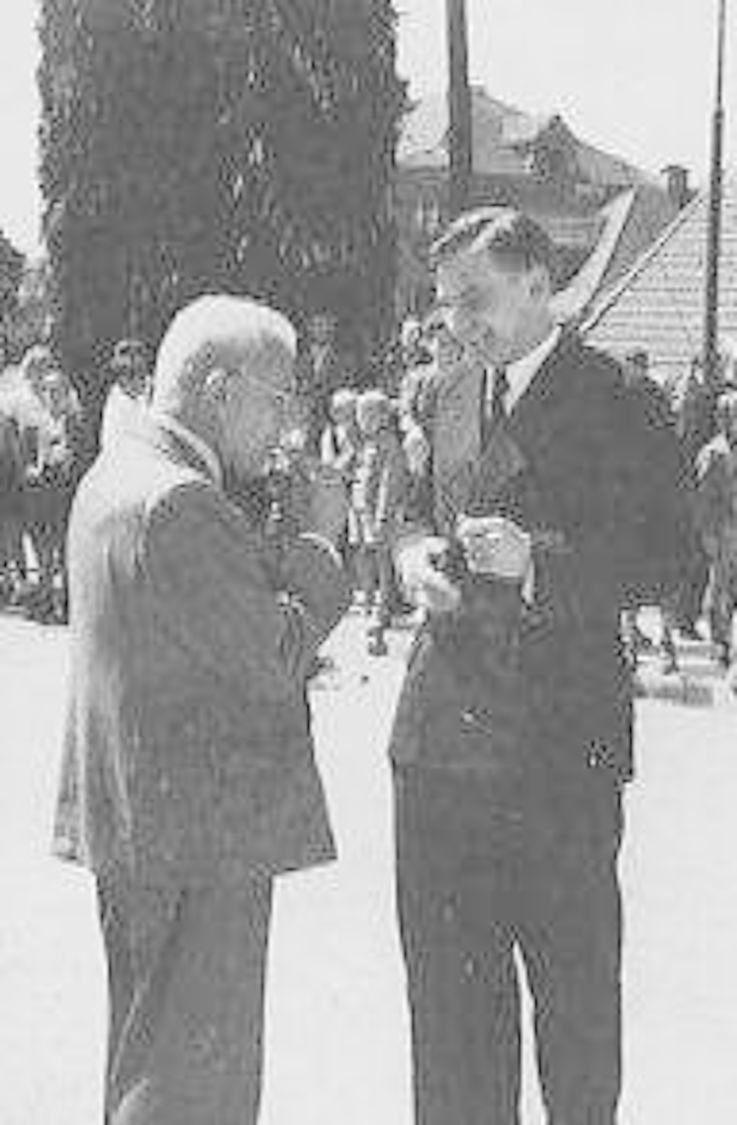 Mit Stadtpfarrer Josef Krones nach der Einweihung der Lechbrücke in Schongau 1947