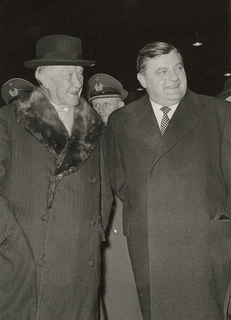 Mit Konrad Adenauer beim Großen Zapfenstreich zur Verabschiedung als Bundesverteidigungsminister am 19. Dezember 1962