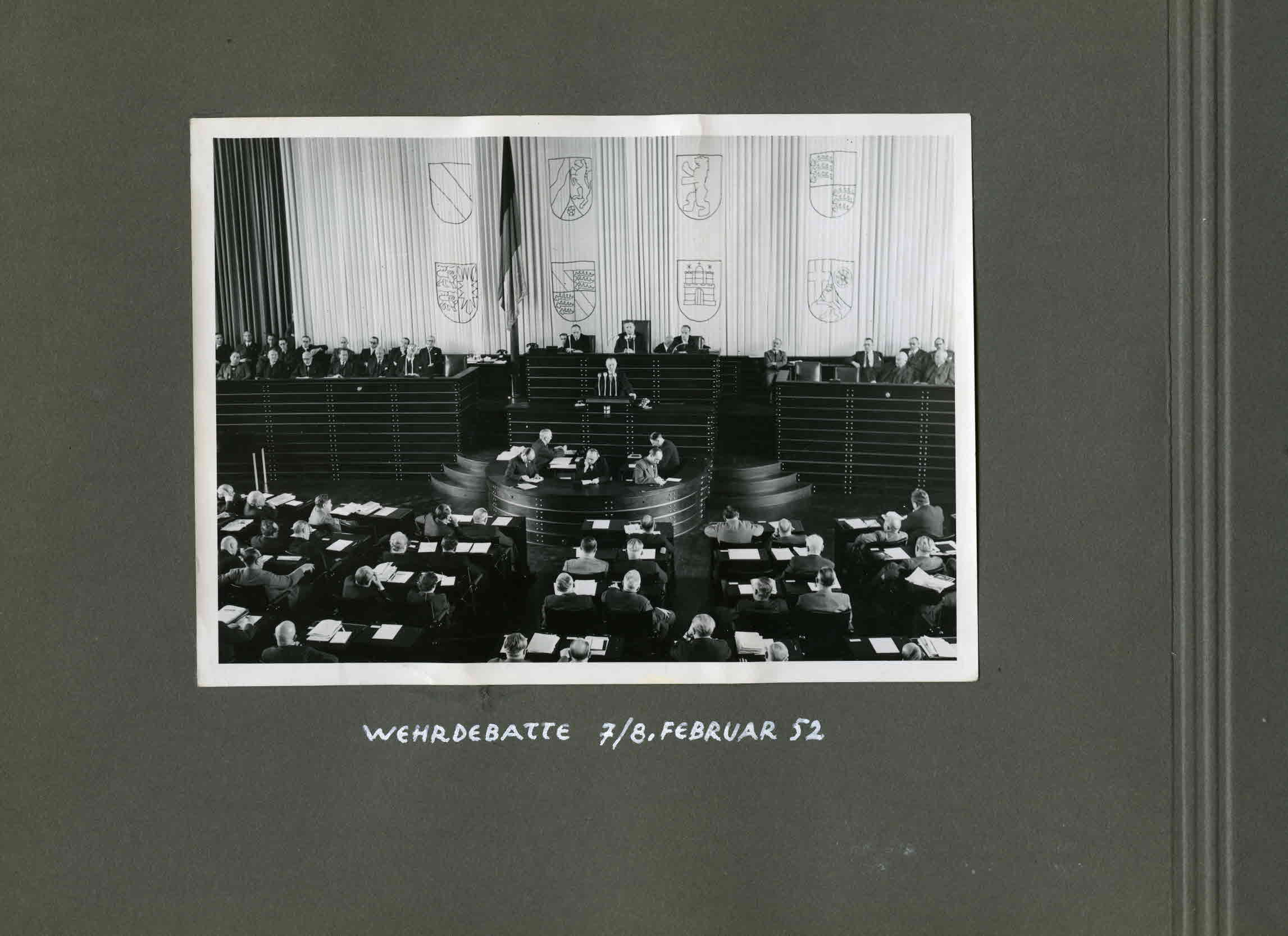 """Fotoalbum """"Bilderbuch vom ersten Deutschen Bundestag 1949/53"""" - Wehrdebatte im Februar 1952"""