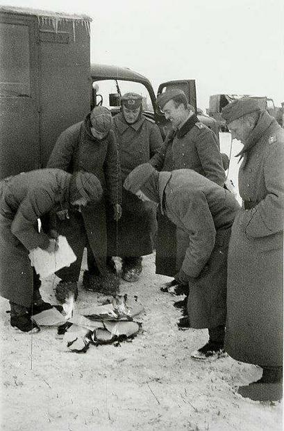 Als Leutnant (dritter von links) beim Verbrennen von Unterlagen in Rußland 1942