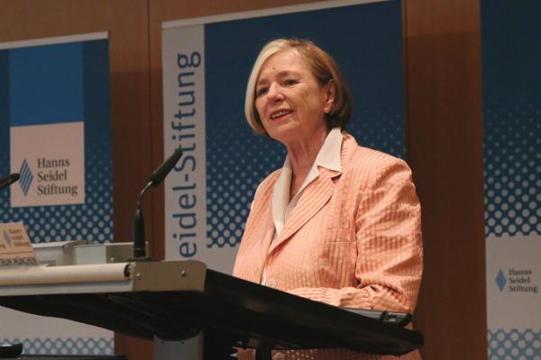Ursula Männle begrüßt die zahlreichen Zuhörer.